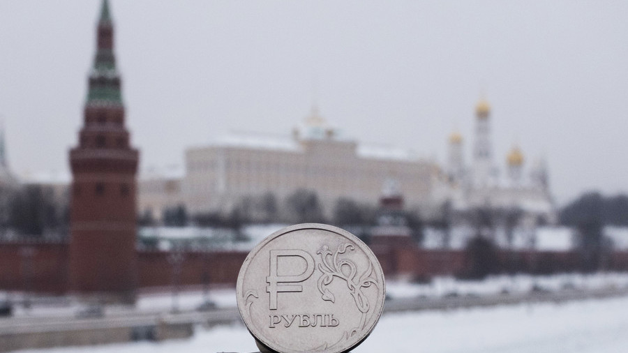 Russian ruble pictured in front of the Kremlin in Moscow © Sputnik / Iliya Pitalev